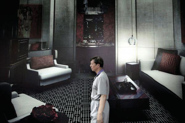 sara-acremann-homme-dans-un-salon-2011-photographie-numerique-109x164cm-5249a51068bf38718a50242411327e7b