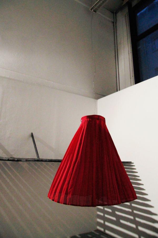 alicia-zaton-caluje-2014-jupe-rouge-fil-de-fer-moteur-de-boule-a-facettes-9aece12802ab1a4cabbfa015d9d53d78